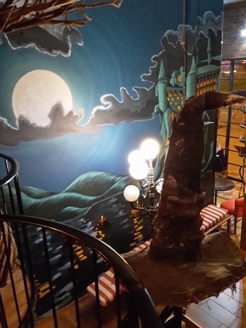 Blick von der oberen Etage auf den Sprechenden Hut und das Hogwarts Schloss.