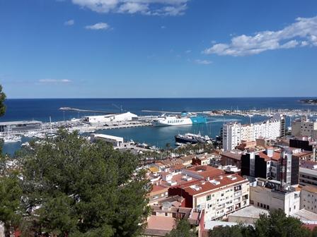 Die Fähre aus Ibiza kommt in Dénias Hafen an.