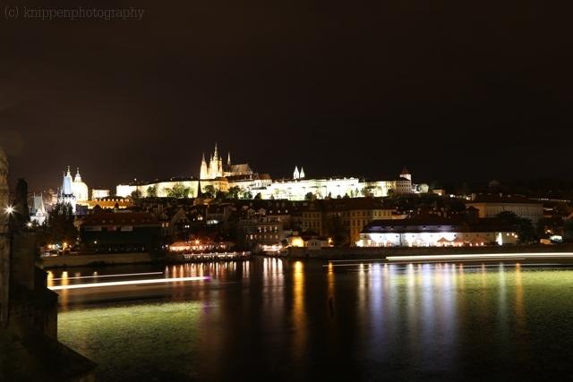 und die Burg bei Nacht.