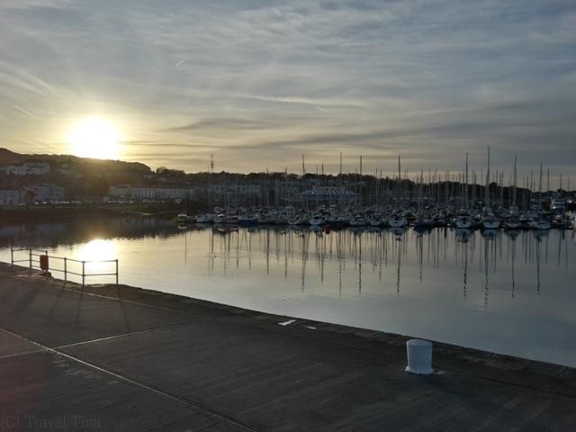 Howth Hafen bei Sonnenuntergang.
