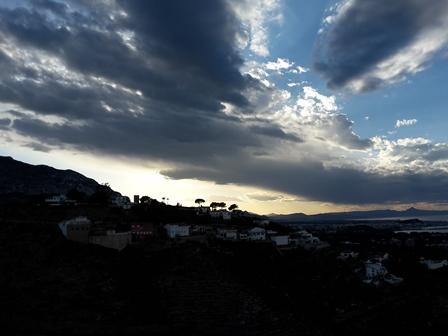 Sonnenuntergang hinter den Bergen über Dénia.