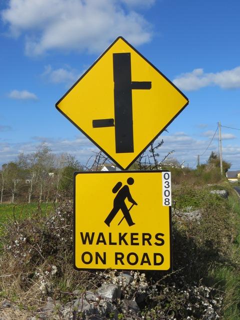 In Ballyvaughan gibt es keine Gehwege. Und dann fahren die Iren auch noch auf der anderen Straßenseite. :-D