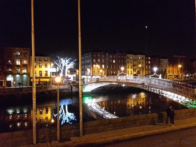 Half-Penny-Bridge bei Nacht - Ausblick vom Pub.