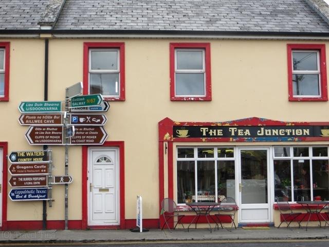The Tea Junction und davor Irlands wohl meist fotografiertester Wegweiser.