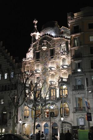 Casa Battló bei Nacht.