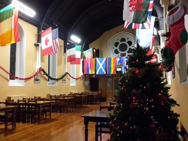 Weihnachtlich ist es aus in unserem Hostel. Der Speisesaal erinnert jetzt noch mehr an die Große Halle in Hogwarts.