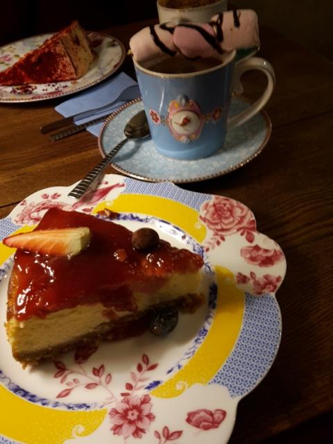 Doppelt süß: selbstgemachter Kuchen auf verspielten Service.