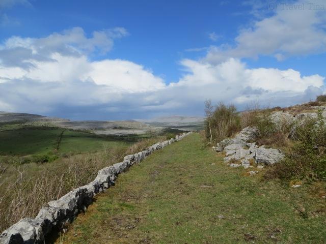 Gras, grauer Kalkstein und überall trifft man auf die alten Steinmauern.