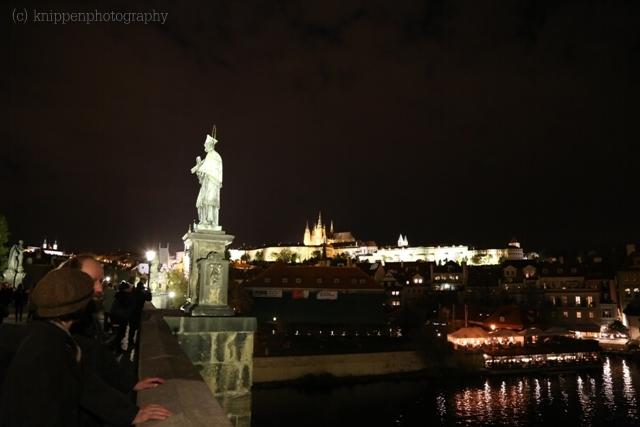 Auf der Karlsbrücke ist auch nachts einiges los.
