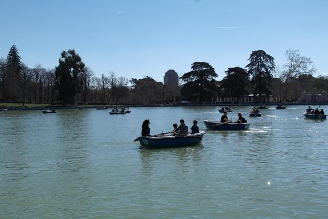 Auf dem See im Retiro-Park können Botte geliehen werden.