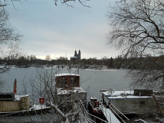 Die Elbe ist eingefroren im Winterhafen. (Welch passender Name!)