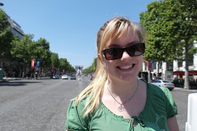 Auf der Champs-Elysee mit Blick auf den Arc de Triomphe.