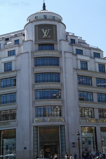 Am Ende der Champs-Elysee steht das riesige Luis Vitton Haus.
