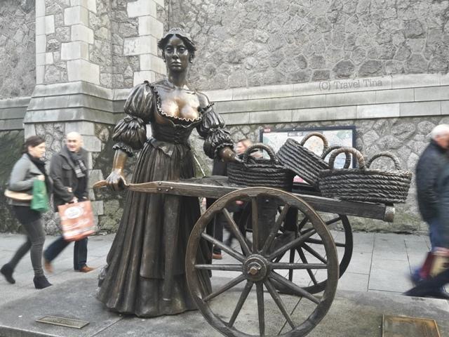 Die Statue von Molly Malone steht nach Bauarbeiten wieder in den Straßen Dublins.