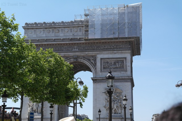 Ein leider verhülter Arc de Triomphe.