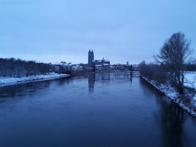 Blick von der Sternbrücke auf das winterliche Magdeburg.