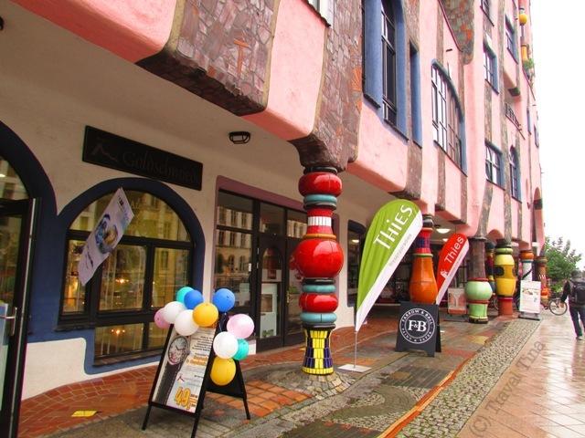 Viele kleine ausgefallene Läden beleben das Hundertwasserhaus.