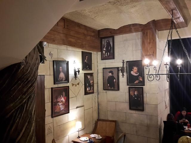 Bilder an den Wänden wie in den Treppenfluren im Zauberschloss.