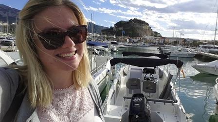 Selfie vor Dénias Markenzeichen: Die Burg mit dem Hafen davor.