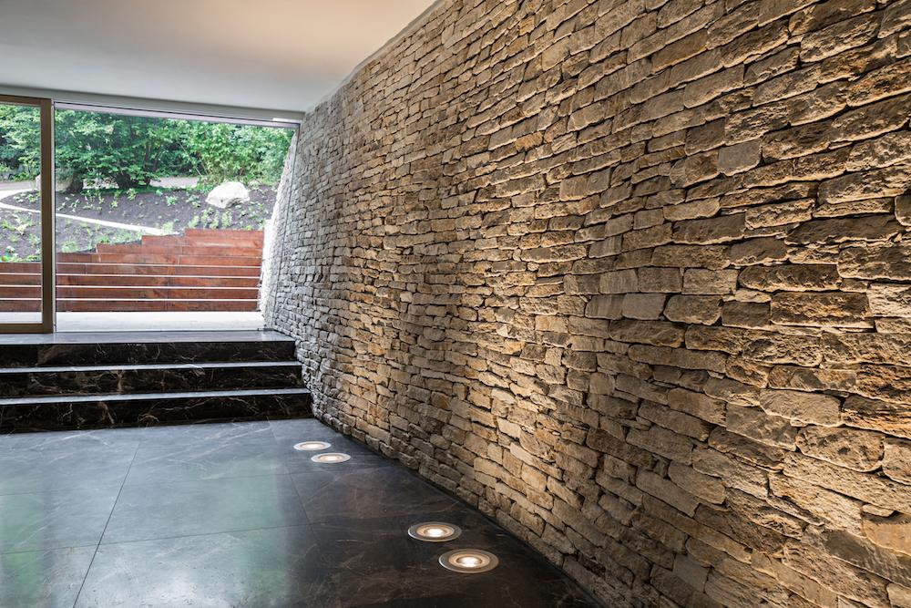 Natursteinmauer im Saunabereich