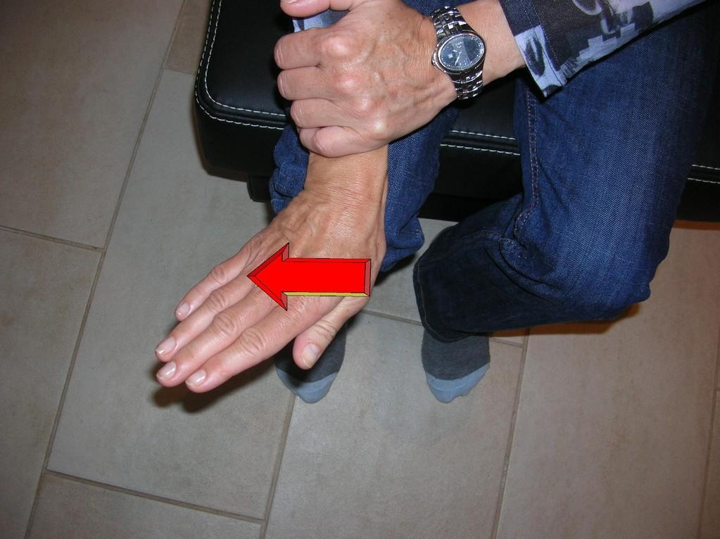 Fixieren Sie den Unterarm und bewegen Sie die Hand in Richtung Kleinfinger. Achten Sie darauf, dass die Bewegung im Handgelenk stattfindet.