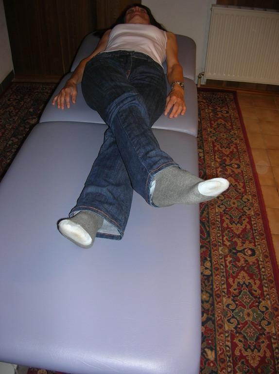Strecken Sie nun das Bein nach innen.  Sie können diese Bewegung auch stehend ausführen.