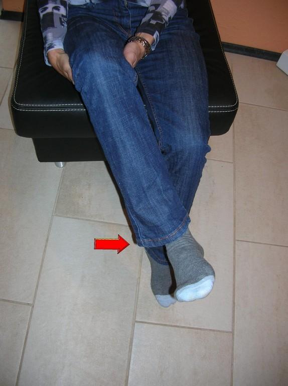 Fixieren Sie den Oberschenkel und drehen Sie den Unterschenkel nach innen. Achten Sie darauf, dassdie Bewegung im Kniegelenk stattfindet.