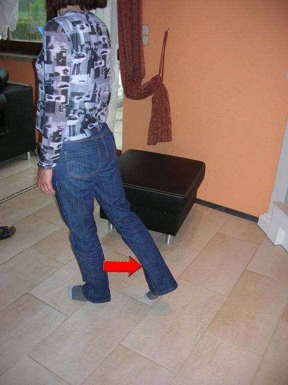 Strecken Sie das Bein nach hinten. Sie können die Bewegung auch in Bauchlage ausführen.