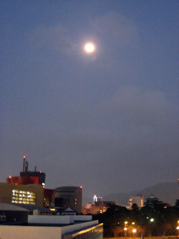 小倉の町の空に浮かぶ満月