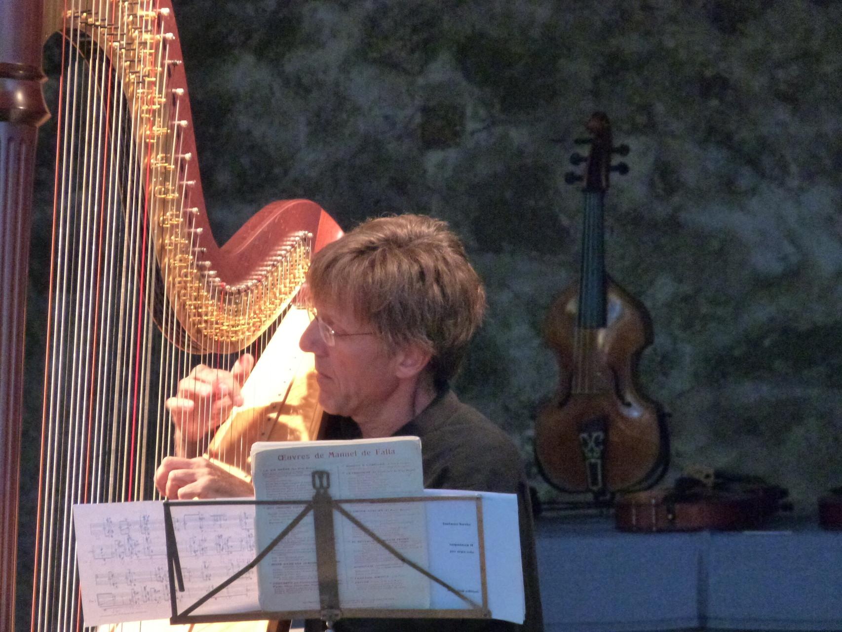 """Fabrice Pierre dans la """"Séquenza"""" pour harpe seule, de Luciano Berio"""