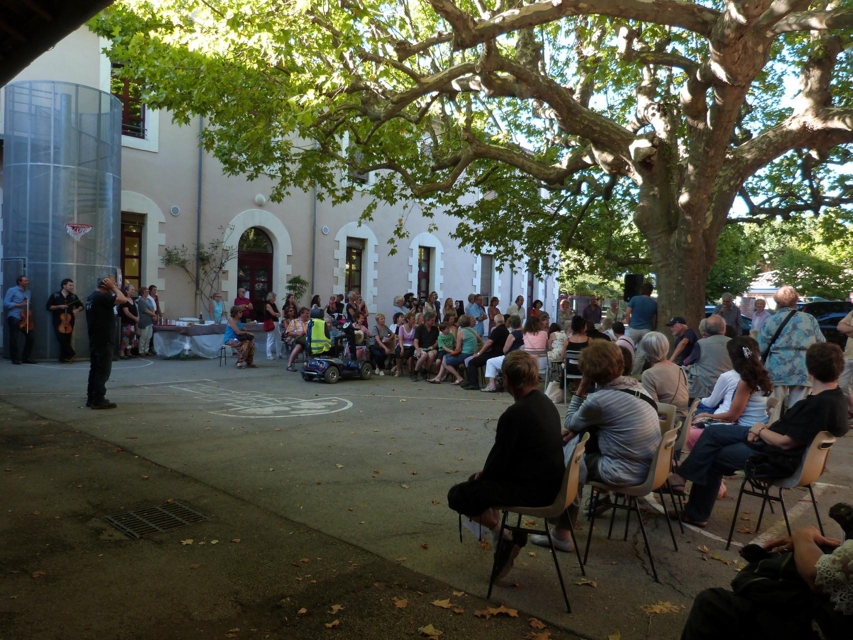 Le public et les officiels dans la cour de l'école