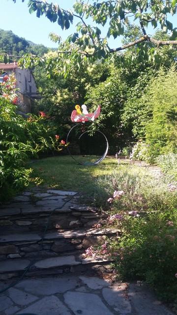 Kunstwerk von Wilhelm Holderied im Gartenteil der Terrasse