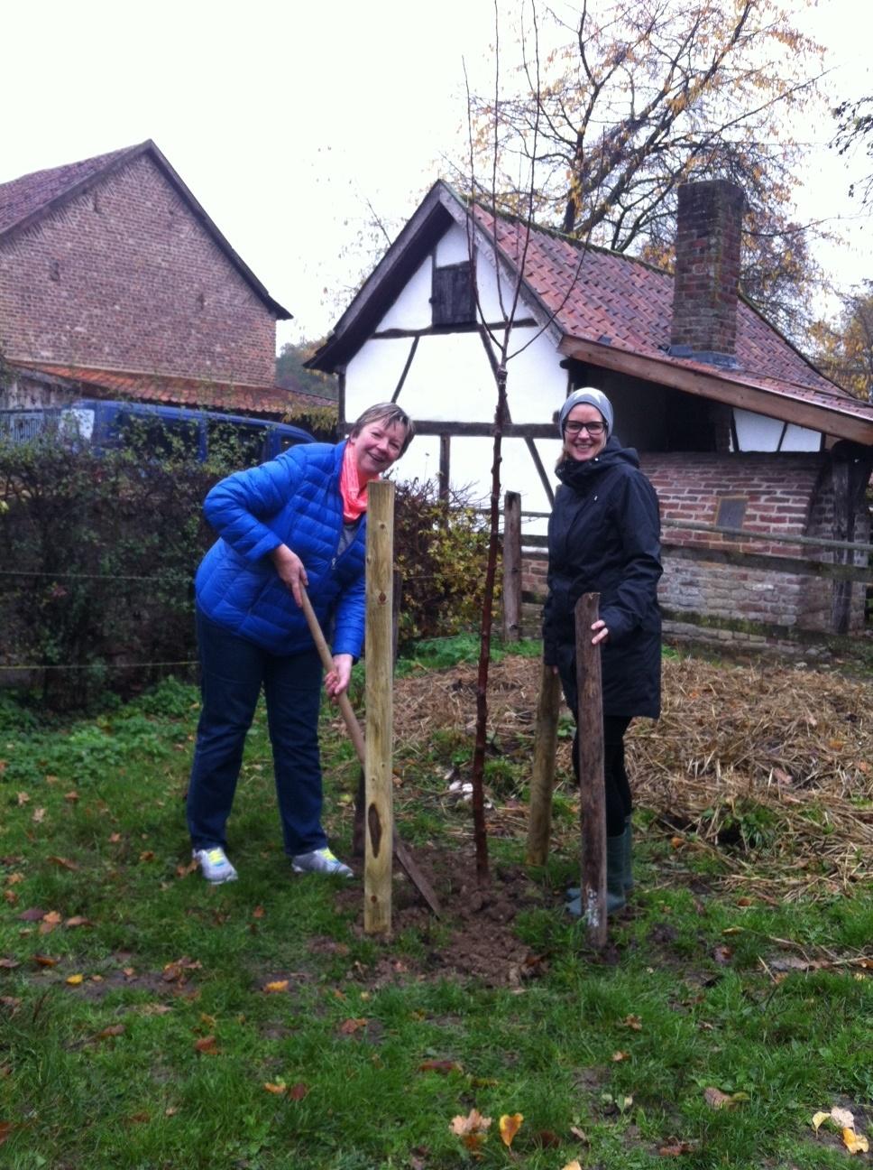 Birgit Jahrke und Anke Wielebski bei der Pflanzaktion