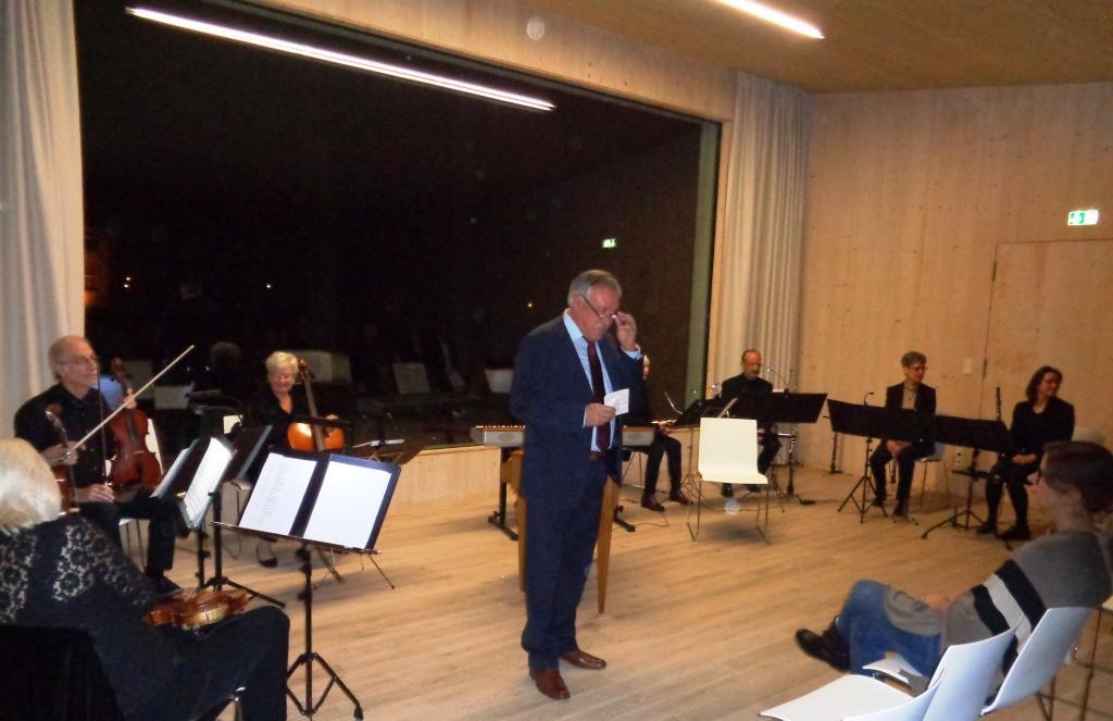 Herbert Kättner begrüßt die Konzertbesucher