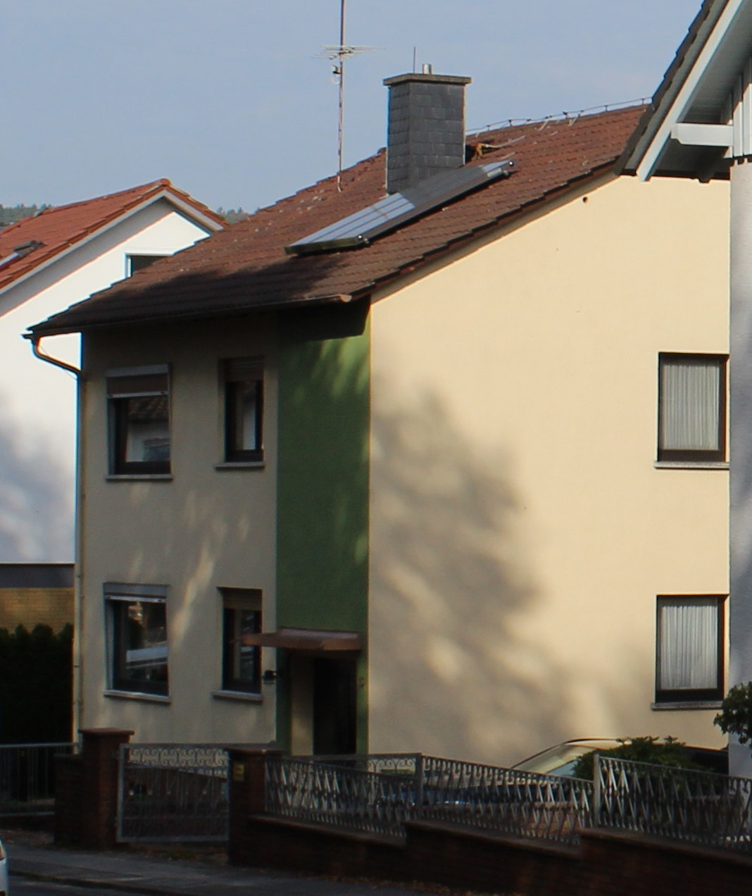Ähnliches Nachbarhaus ohne Aufstockung zum Vergleich