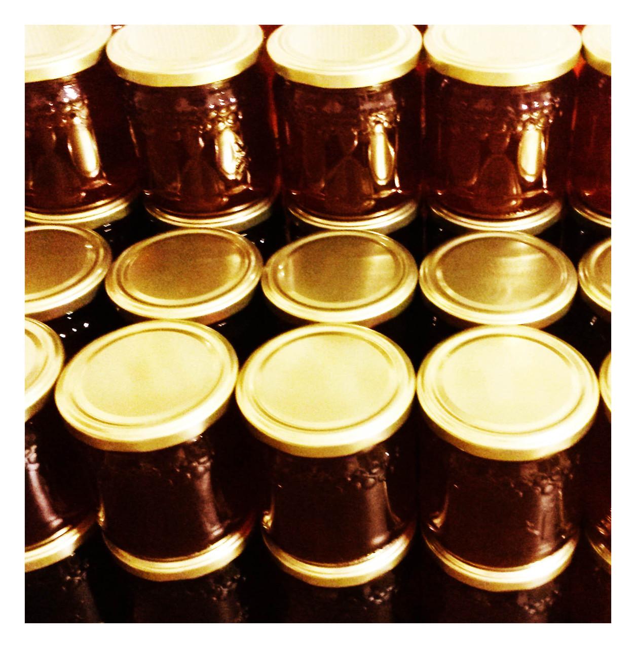 Nachdem der Honig gefiltert wurde wird er einige Tage zum Ruhen stehen gelassen. Nach dieser Ruhephase wird der Honigschaum abgeschöpft und in Gläser gefüllt. Nun steht er für unsere Honigliebhaber bereit zum Naschen.