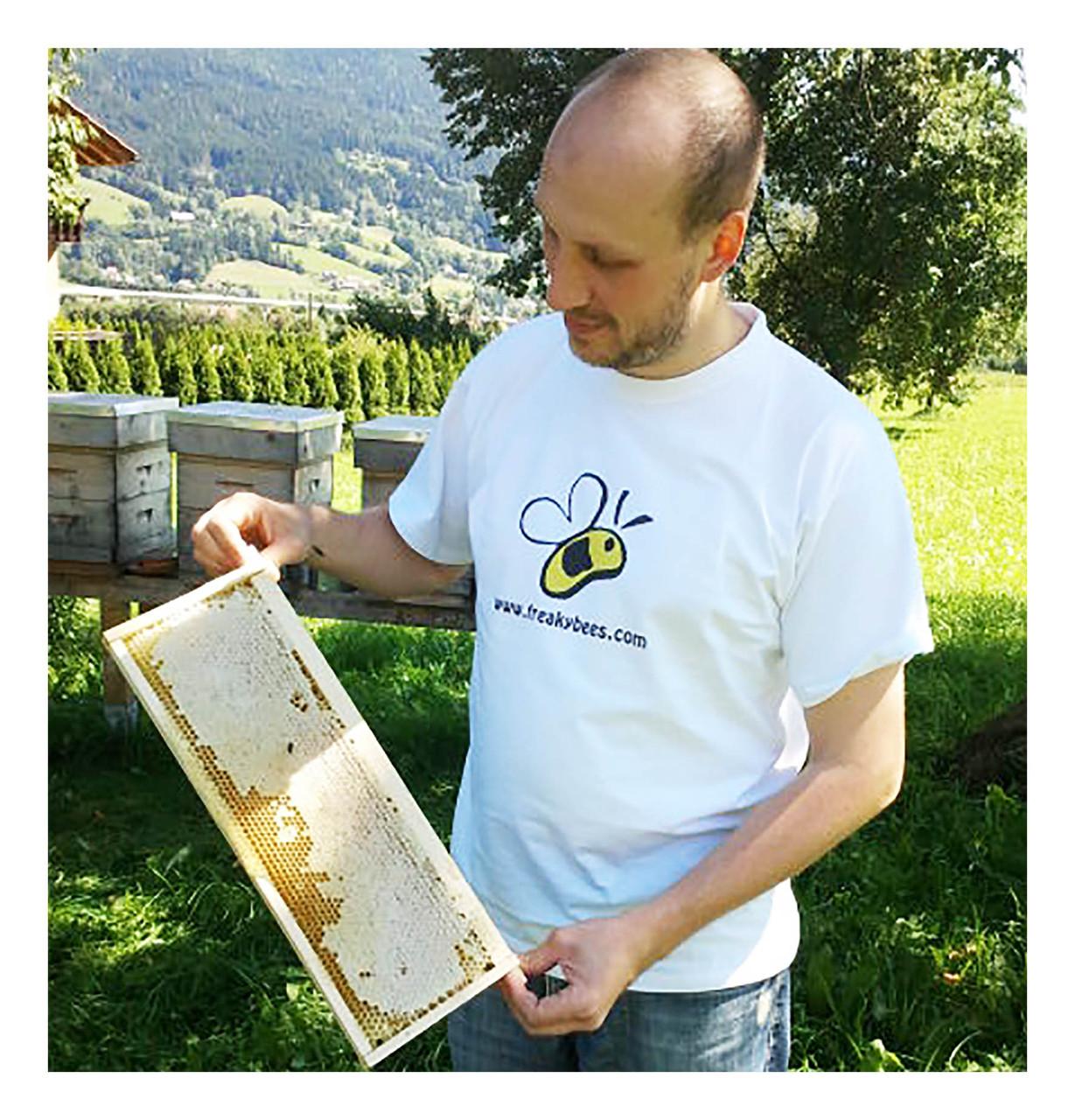 Die vollen Honigrähmchen werden von unserem Imker Max entnommen.
