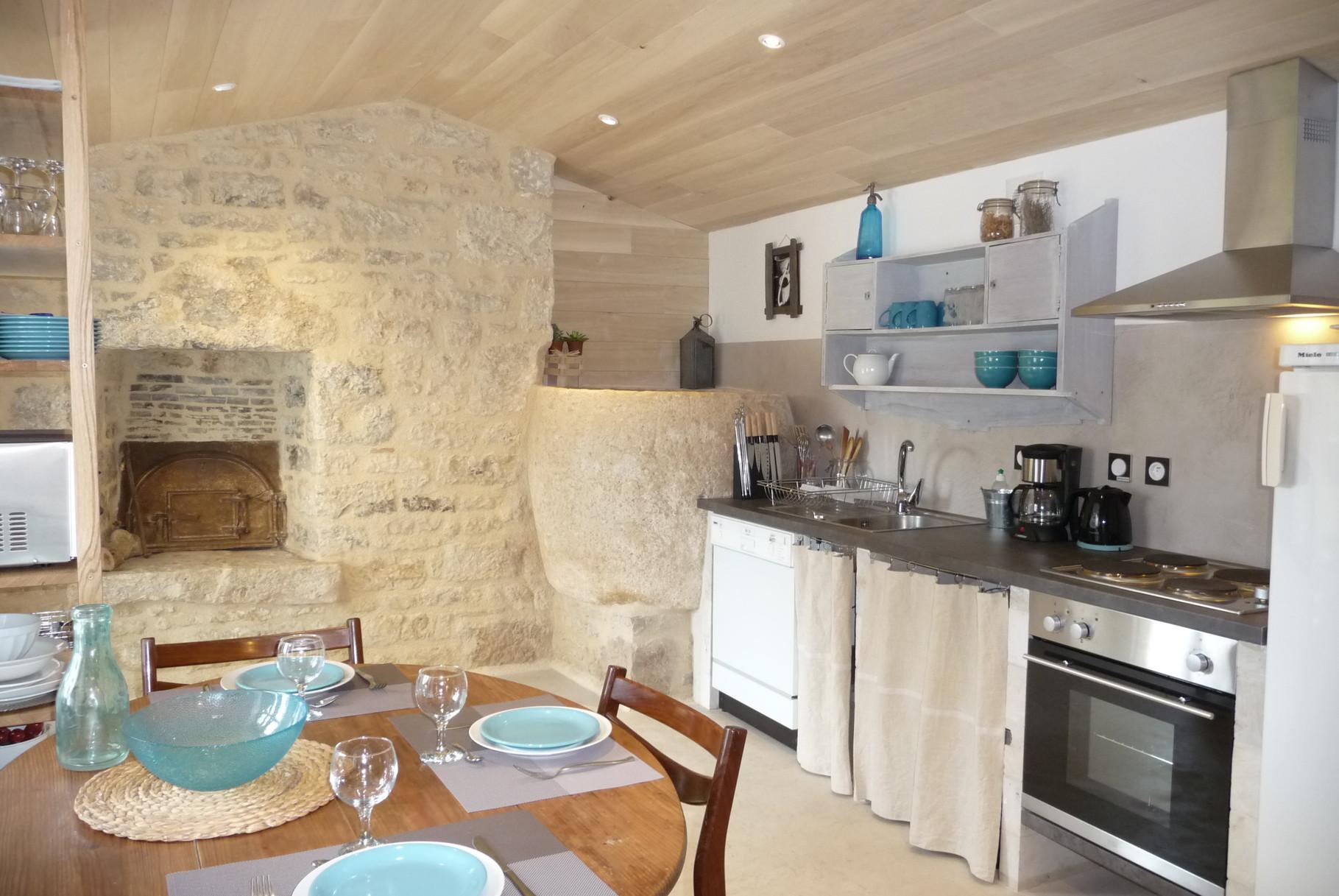 Gîte La Ponne, la cuisine entièrement équipée, le four à pain et la ponne