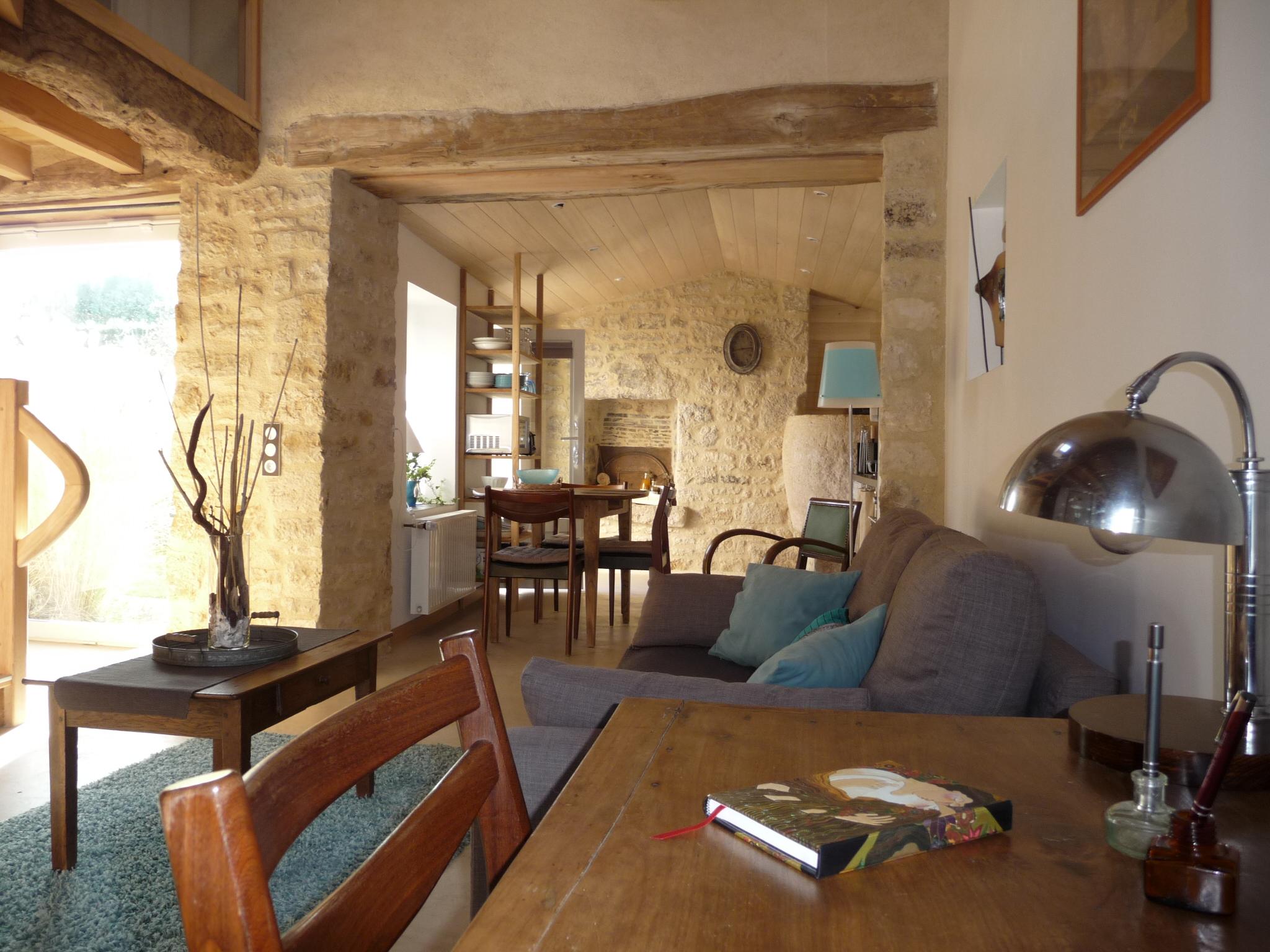 Gîte La Ponne, petit bureau (livre d'or et documents touristiques)