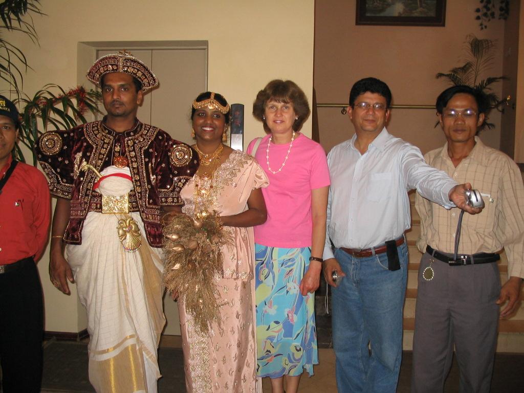Tranh thủ đám cưới với trang phục truyền thống