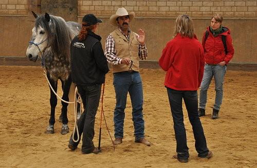 Alfonso erläutert die  Vorteile einer Pulsmessung bei Pferden im Training
