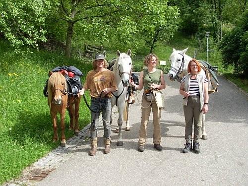 Von links nach rechts:     Dieter mit Jomi    Karen mit Cheik Ouassal     Karin mit Ouardi