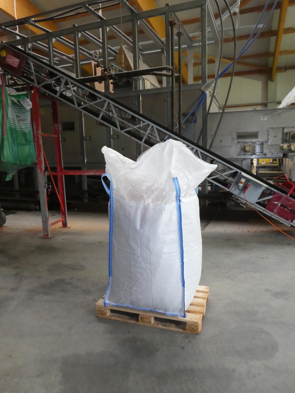 Am Ende werden die fertigen Karotten Chips zur Lagerung in große Big Bags abgefüllt. Von dort aus können sie jederzeit, mit liebevoller Handarbeit, in ihre Produkt-Tüten verpackt werden.