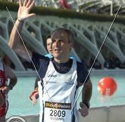 """Giuseppe Lograno che alza un """"cinque"""" all'arrivo della sua ultima maratona a Valencia in Spagna"""