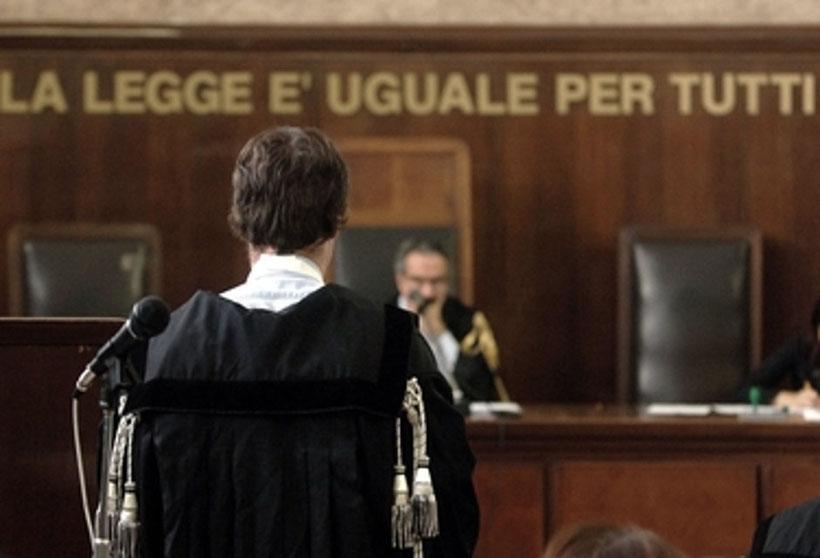 Avvocato davanti al giudice in aula della Corte