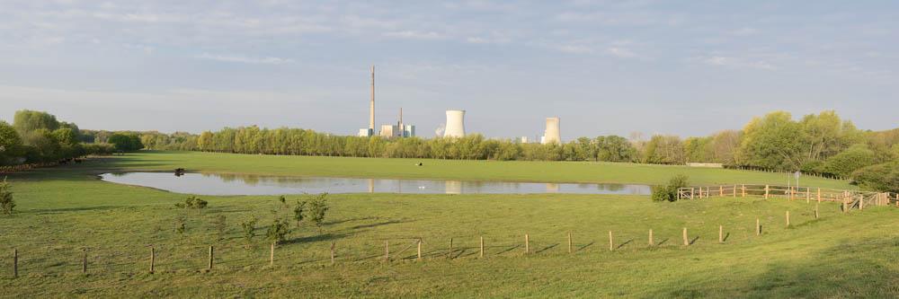 Wiese mit Teich und Steinkohlekraftwerk, Nordrhein-Westfalen / chpa0354