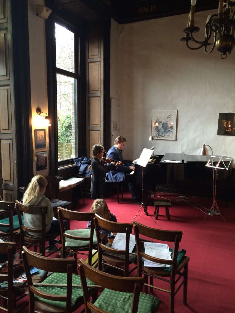 Inspelen met de pianist voor het concert in de Tamboer te Amsterdam