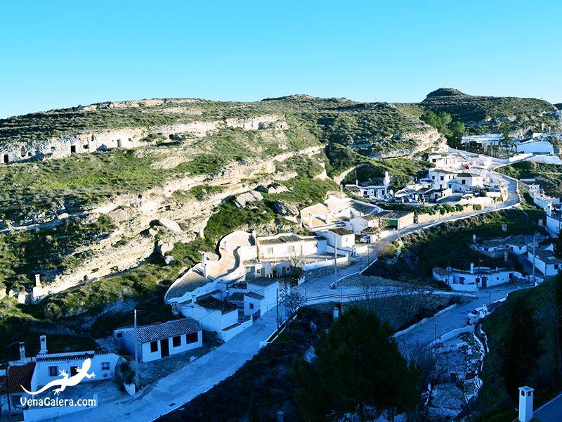 Barrio de casas-cueva bajo el Cerro del Real