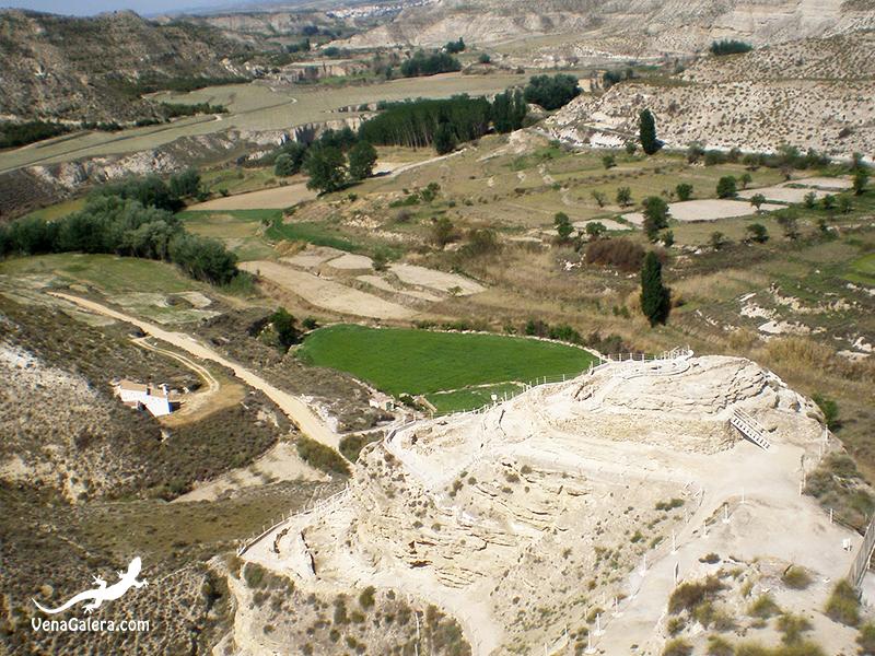 Vista desde arriba del yacimiento del Castellón Alto hacia paisajes de badlands