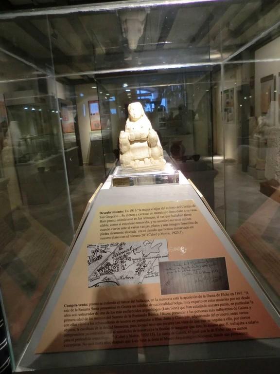 Diosa de Galera (Granada) en la vitrina del Museo Arqueológico de Galera